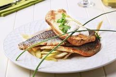 Pan gebraden forelfilets en aardappel in de schil Royalty-vrije Stock Foto's