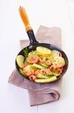 Pan gebraden garnalen en aardappels Stock Fotografie