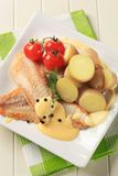 Pan gebraden vissenfilets en aardappels stock foto