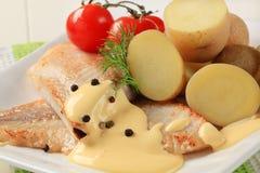 Pan gebraden vissenfilets en aardappels Royalty-vrije Stock Foto's