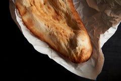 Pan georgiano cocido en horno de la arcilla Shotis Puri Fresco con una corteza curruscante Imagenes de archivo