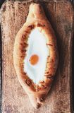 Pan georgiano delicioso con el huevo y el queso foto de archivo libre de regalías