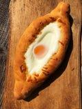 Pan georgiano delicioso con el huevo y el queso foto de archivo