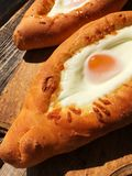 Pan georgiano delicioso con el huevo y el queso imagen de archivo