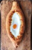 Pan georgiano delicioso con el huevo y el queso fotos de archivo
