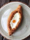 Pan georgiano delicioso con el huevo y el queso fotografía de archivo