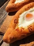 Pan georgiano delicioso con el huevo y el queso fotografía de archivo libre de regalías