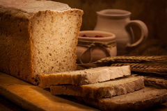 Pan hecho en casa con cortado Imagen de archivo