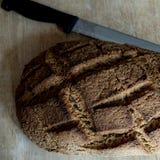 Pan hecho en casa con el trigo de Khorasan Kamut y la harina de centeno, leudados Imagen de archivo libre de regalías