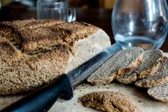 Pan hecho en casa con el trigo de Khorasan Kamut y la harina de centeno, leudados Imagen de archivo