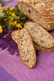 Pan hecho en casa con las flores Foto de archivo libre de regalías