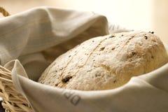 Pan hecho en casa con las pasas Imagen de archivo