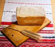 Pan hecho en casa con los oídos del trigo Fotografía de archivo libre de regalías