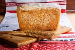 Pan hecho en casa con los oídos del trigo Foto de archivo
