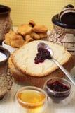 Pan hecho en casa con los redberries atasco y miel Foto de archivo