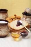 Pan hecho en casa con los redberries atasco y miel Imágenes de archivo libres de regalías
