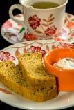 Pan hecho en casa cortado con té Fotografía de archivo