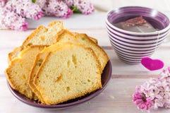 Pan hecho en casa de la fruta con té Fotos de archivo libres de regalías