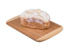 Pan hecho en casa de la harina blanca aislado en el fondo blanco, cocido en fabricante de pan Imágenes de archivo libres de regalías