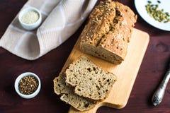 Pan hecho en casa de la harina del trigo integral con fotografía de archivo