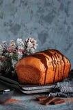 Pan hecho en casa del chocolate con la formación de hielo del chocolate Fotografía de archivo