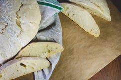 Pan hecho en casa del trigo de la granja, situado en una toalla y un papel de lino del arte imagen de archivo libre de regalías