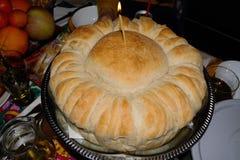 Pan hecho en casa delicioso de la Navidad con una vela en la tabla de la Navidad foto de archivo libre de regalías