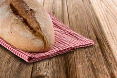 Pan hecho en casa en la tabla de madera Fotos de archivo libres de regalías