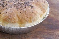 Pan hecho en casa en tarjeta de madera. Foto de archivo libre de regalías