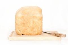 Pan hecho en casa en vista delantera plana del tablero para cortar el pan Foto de archivo libre de regalías