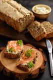 Pan hecho en casa y bocadillos con los salmones y el queso Imagenes de archivo