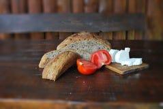 Pan hecho en casa y queso de cabra Foto de archivo