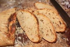 Pan Homebaked del pan de pan amargo en una tajadera de la madera Fotografía de archivo