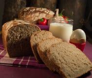 Pan, huevo, leche y verduras Desayuno Foto de archivo libre de regalías