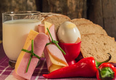 Pan, huevo, leche y verduras Desayuno Fotos de archivo