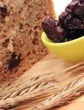 Pan integral cocido, ciruelos secados y oídos del trigo Fotografía de archivo libre de regalías