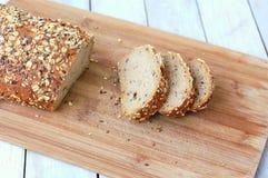 Pan integral con las semillas en la madera Imagen de archivo
