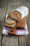 Pan integral del pan de centeno con las semillas y la avena de lino, cortadas Imágenes de archivo libres de regalías