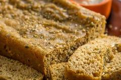 Pan integral hecho en casa con las rebanadas a un lado Imágenes de archivo libres de regalías