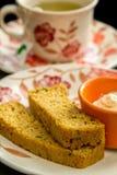 Pan integral hecho en casa cortado y una salsa del chesse del ricotta con un té Fotos de archivo