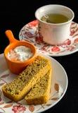 Pan integral hecho en casa cortado y una salsa del chesse del ricotta con un té Imagen de archivo libre de regalías