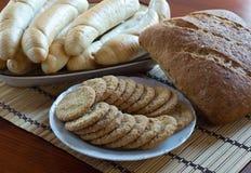 Pan integral, rollos y galletas Imagenes de archivo