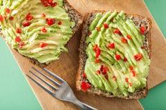 Pan integral sano con el chile de la cal del aguacate Foto de archivo libre de regalías