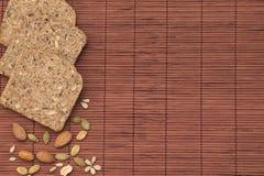 Pan integral y nueces Foto de archivo