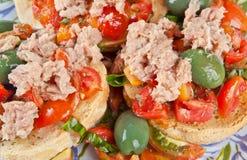 Pan italiano de Fresella con el atún y los tomates imagenes de archivo