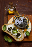 Pan italiano hecho en casa con la mozzarella y el pesto de la albahaca Foto de archivo