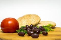 Pan italiano tradicional, ciabatta, Griegos verdes olivas y tomate Fotografía de archivo libre de regalías