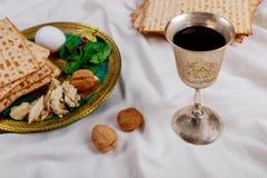 Pan judío del día de fiesta del matzoh de la pascua judía sobre la tabla fotos de archivo