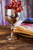 Pan judío del día de fiesta del matzoh de la pascua judía sobre la tabla de madera fotografía de archivo libre de regalías