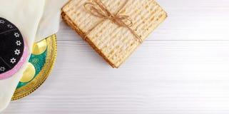 Pan judío del día de fiesta del matzoh de la pascua judía sobre la tabla de madera fotos de archivo libres de regalías